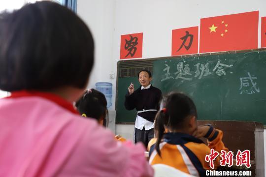 小学生在上课。 瞿宏伦 摄
