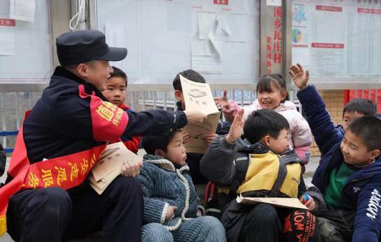 铁警与留守儿童有约定:好好读书就有奖励,学雷锋日这天孩子