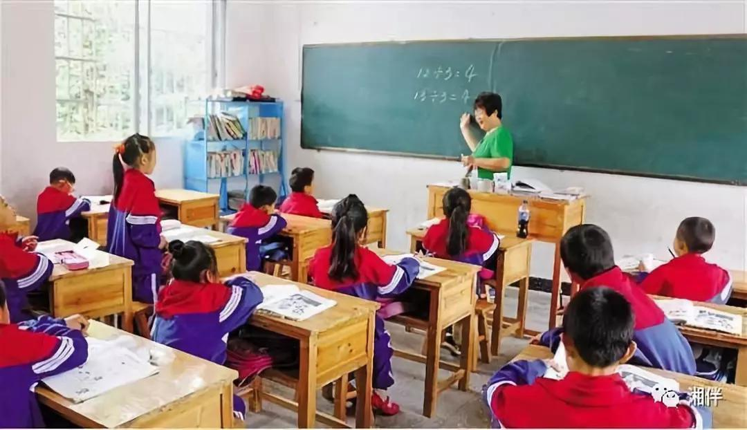 周秀芳在给希望小学的孩子们上课。