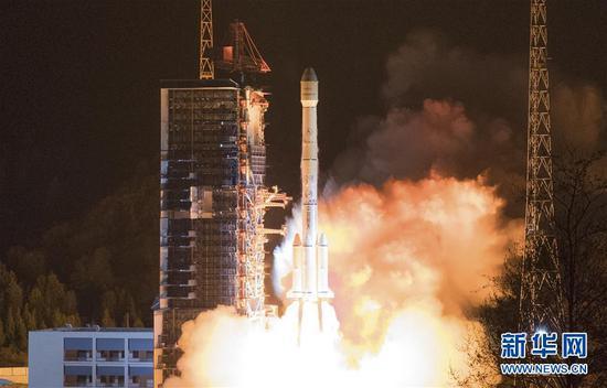 """2019年3月10日凌晨,我国在西昌卫星发射中心用长征三号乙运载火箭,成功将""""中星6C""""卫星发射升空。至此,长征系列运载火箭完成第300次飞行任务。 新华社发(郭文彬摄)"""