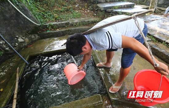 因常年季节性缺水,村民们所有的生产生活用水全靠村口的三口井维持。