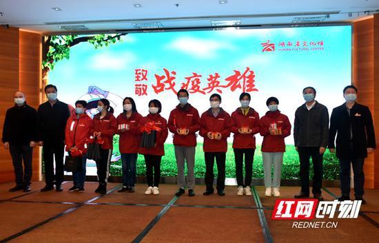 """4月2日,湖南省文化馆携手全省14个市州文化馆(群艺馆)在长沙开展""""致敬战疫英雄""""慰问活动。"""