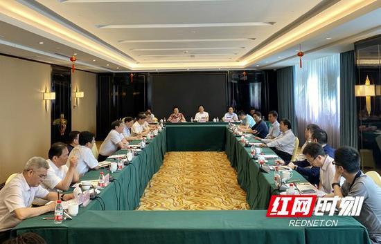 7月14日下午,杜家毫在岳阳与国家防总工作组组长、自然资源部副部长凌月明一行座谈。