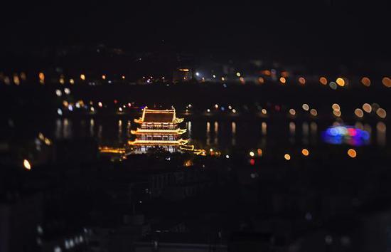 夜色中的长沙市杜甫江阁。