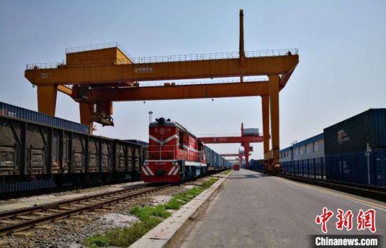 9月18日,湖南今年开出的第300列中欧班列从长沙开出,驶向白俄罗斯。 唐小平 摄