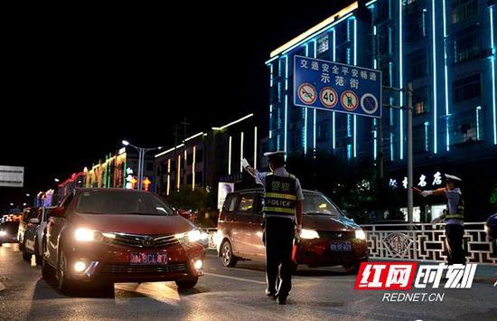 国庆期间,湖南公安交警严查各类交通违法行为。