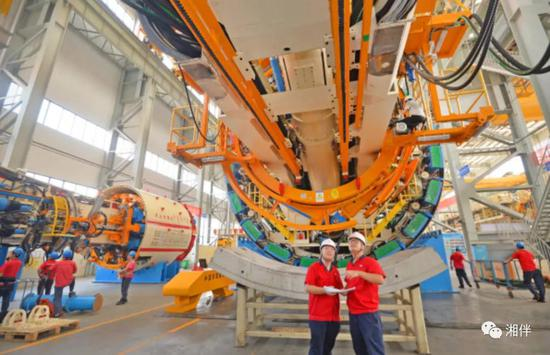 铁建重工长沙第一产业园,工作人员对最新研制的隧道掘进机进行车间安装调试。近年,铁建重工通过推进产品技术创新,开启高质量发展的新征程。湖南日报记者 李健 通讯员 胡清 摄