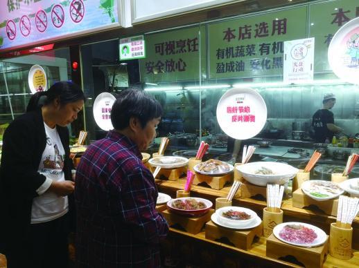 """5月27日,长沙一家餐饮店的点菜区张贴着""""厉行节约 反对浪费""""的宣传标识。"""