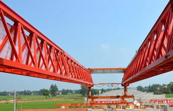 ▲长益扩容工程6标新河特大桥首片箱梁架设现场。