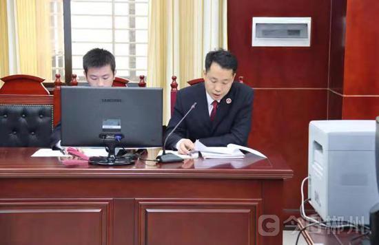 (公诉人邓中明(右一)宣读起诉书)