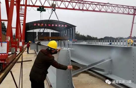 ▲长益扩容1标首片钢板组合梁即将开始制梁。