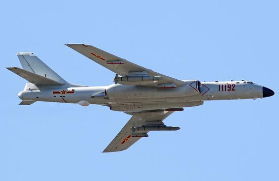 轰6K战略轰炸机,最大航程8000公里。
