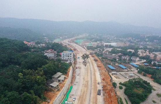 麓景路南廷线路基工程已基本完成,预计明年6月可通车
