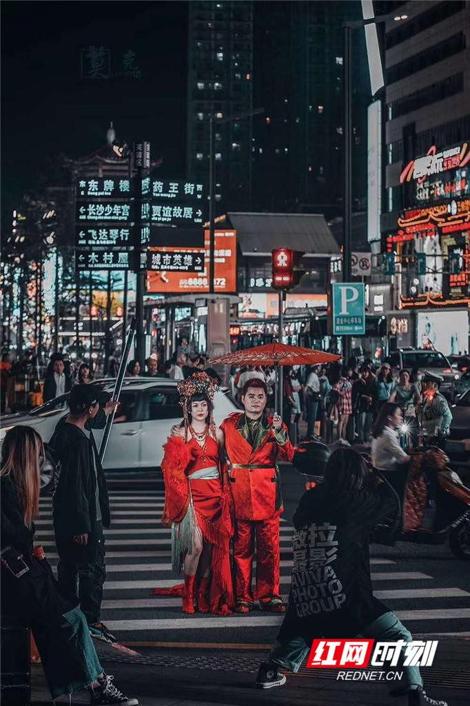 步行街晚上依旧灯火辉煌、人潮拥挤,拍婚纱照的新人在人流中十分亮眼。据不完全统计,五一商圈的夜间消费已经达到了70%以上。图/莫克