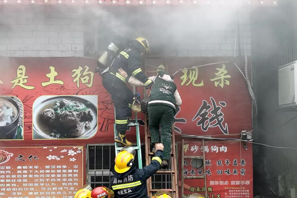 △消防员破拆防盗窗救出被困女子