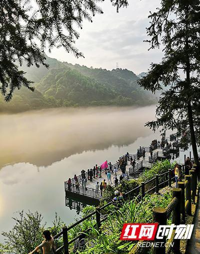 东江湖景区,通过预约入园的游客们被美景陶醉。通过分时段预约,观景台的人流已不再密集。