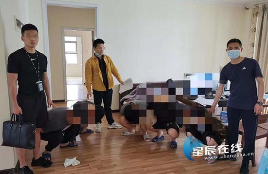 """(开福公安分局捣毁一个电诈""""洗钱""""窝点。通讯员供图)"""