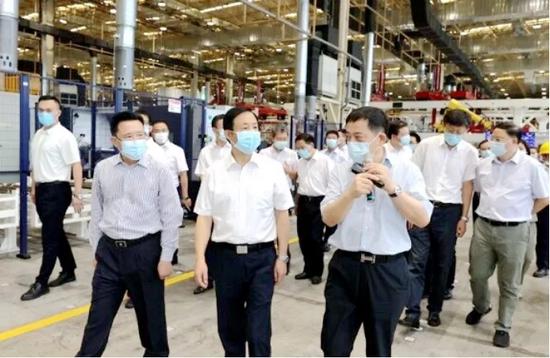 ▲8月24日,湖南省委书记、省人大常委会主任许达哲在娄底考察工程机械产业项目。赵持摄