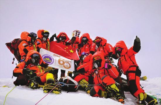2020 珠峰高程测量登山队在峰顶合影留念。