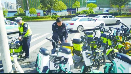 11月18日,长沙德思勤广场附近共享电单车占据了大部分路面。记者 虢灿 摄