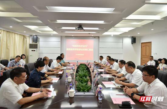 专家组听取湖南医药学院建设发展情况介绍。
