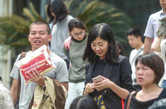 2018年4月21日,中南林业科技大学考点,参加完湖南省公务员考试的考生走出考场。 图/潇湘晨报记者 杨旭