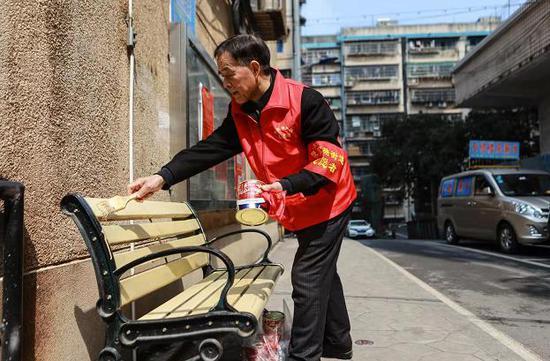 长沙一七旬老人自掏腰包给社区凳椅刷油漆、照顾孤寡老人