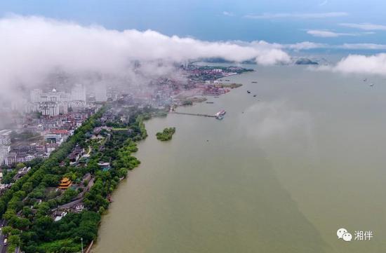 2020年8月10日,岳阳楼前洞庭湖水域云蒸霞蔚、气象万千。 湖南日报·新湖南客户端记者徐典波 摄