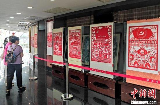 此次展览共展出120幅剪纸作品。 邓霞 摄