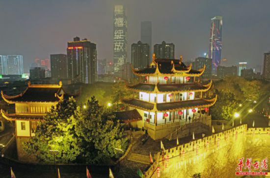 天心阁景区首次夜间免费对游客开放。( 湖南日报·华声在线记者 李健 摄)
