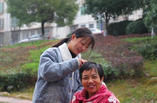 """""""我在哪妈妈就在哪!""""从带母亲读大学到带母亲实习,衡阳00"""