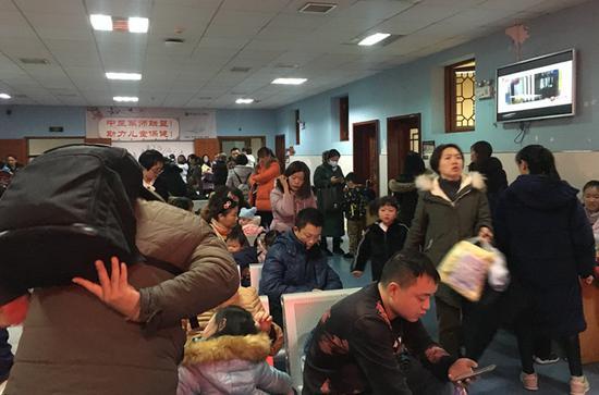 1月9日下午3时许,湖南中医附一儿科名医堂候诊室人满为患。胡翠娥 摄
