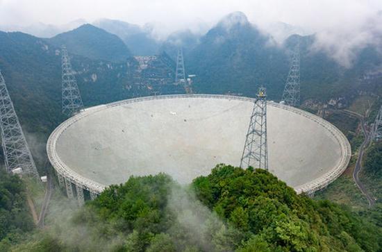 """被誉为""""中国天眼""""的500米口径球面射电望远镜(FAST)。新华社记者刘续 摄"""