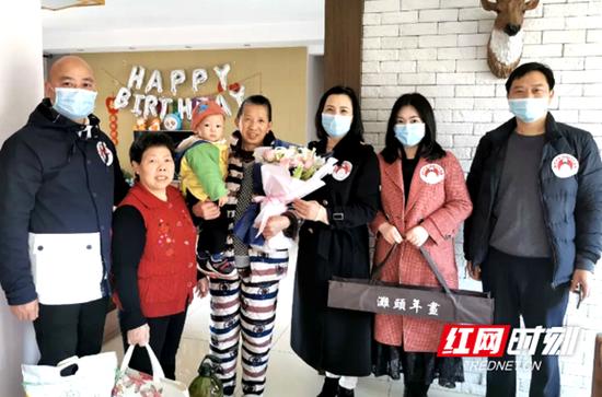 3月19日,湖南省文化馆志愿者走访慰问了湖南省地矿医院支援湖北抗击新冠肺炎疫情医疗队成员曾阳阳的家属。