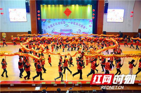家长与孩子共同完成的大型传统民俗表演《祥龙闹春》。