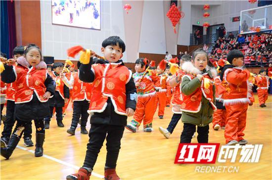 孩子们表演九子鞭节目。