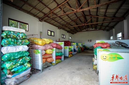 湖南省长沙县春华镇春华山村的资源分拣中心内部,分类好的垃圾在等待装车。