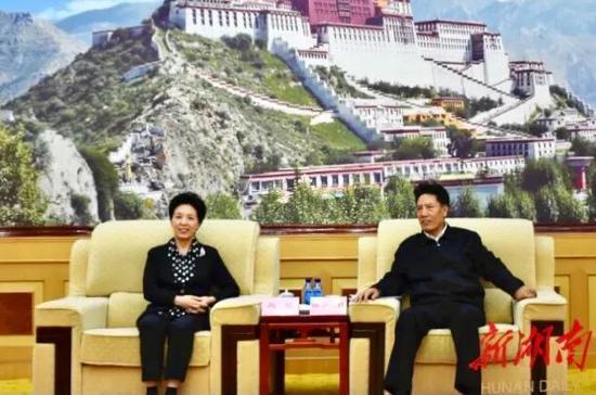 西藏自治区党委副书记、自治区人大常委会主任洛桑江村等自治区领导与乌兰一行就对口援藏工作进行座谈