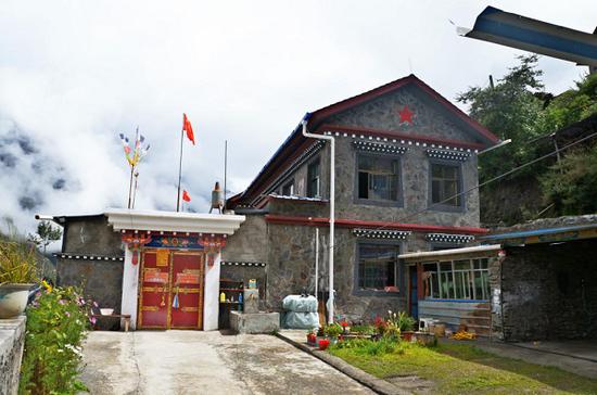建成后的西藏隆子县小康村居民房。