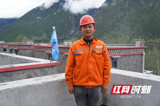 施工员任慧宇在小康村项目建设现场。