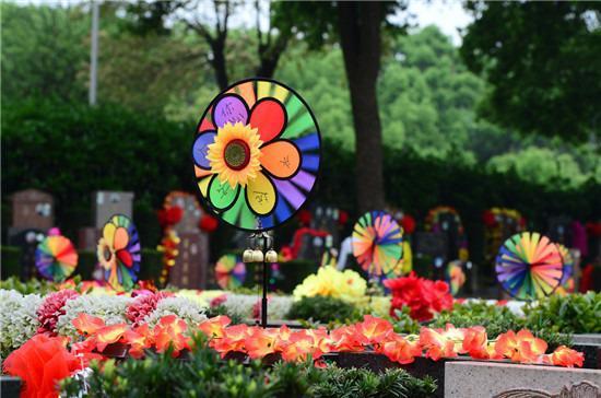 """△ 4 月 4 日,湖南革命陵园,墓碑上的风铃上写着 """" 永远怀念您 """"。 图 / 记者吴琳红"""