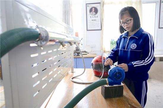彭婧正在对火险应急供气救生器进行测试。