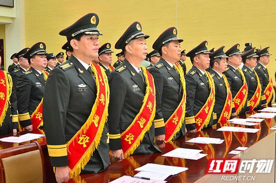 参加仪式的退役军官代表。