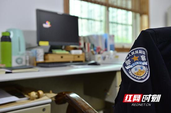 唐军荣的办公桌上摆满了他生前使用的各种物品。