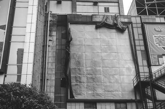 大火中被烧毁的广告牌。图/记者杨旭