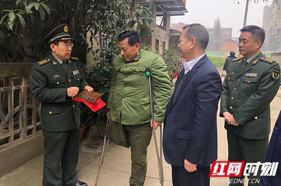 军地领导慰问退役伤残军人功臣田工(左二)。