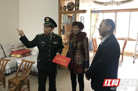 军地领导来到姜开斌烈士家慰问。