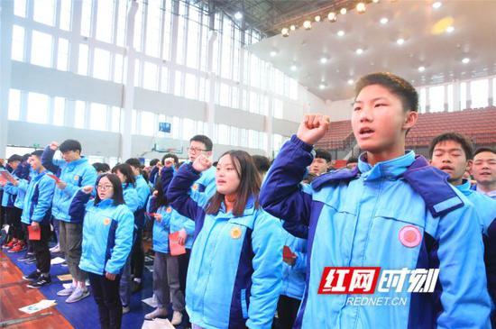 宁乡十三中举行2019高考百日誓师大会。