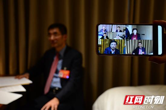 """3月8日,利用休会时间,在京的部分住湘全国政协委员通过""""政协云""""平台,与身在湖南的部分省、市、县三级政协委员和部分群众代表进行了远程连线。"""