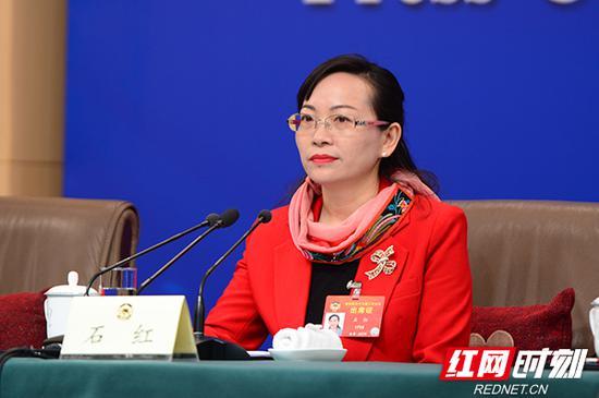 住湘全国政协委员石红接受记者提问。